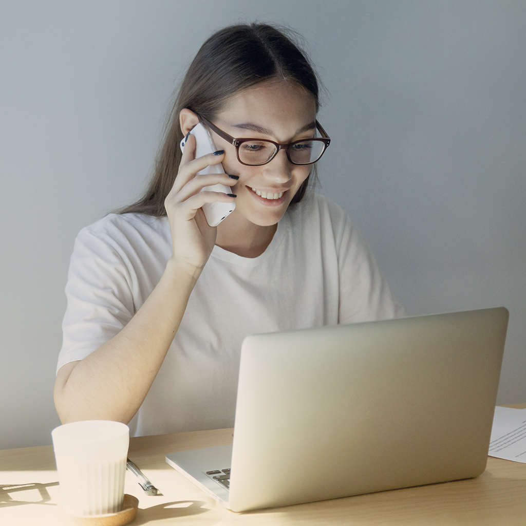 Mujer atendiendo llamada