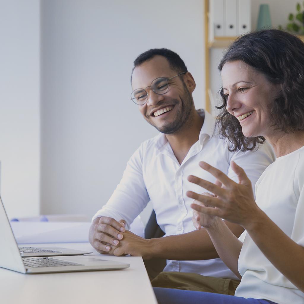 Pareja en reunión virtual