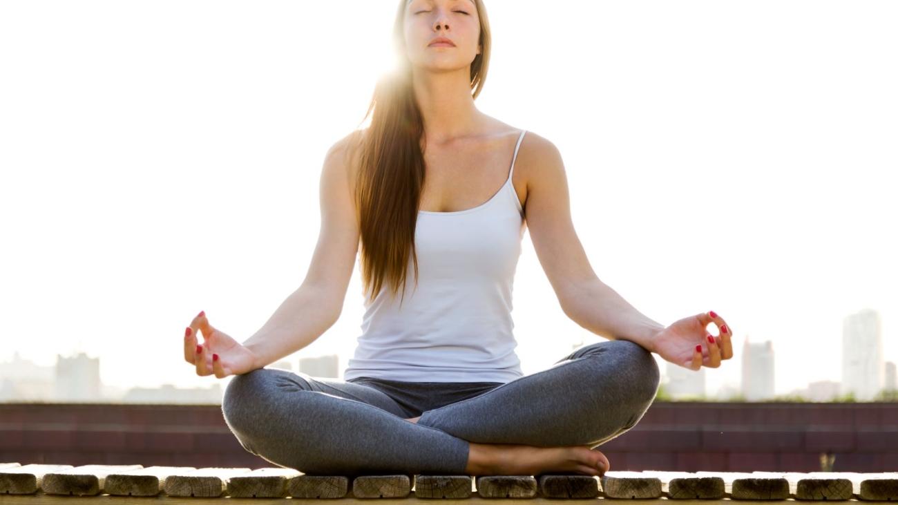 beautiful-young-woman-doing-yoga-street_m